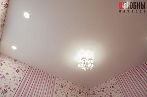 Одноуровневый сатиновый потолок в детскую