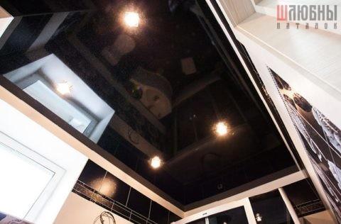 Одноуровневый натяжной потолок в ванну черный